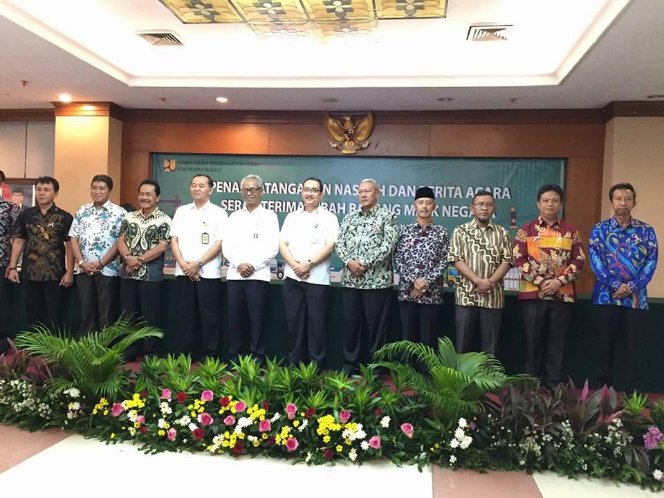 Bupati Pringsewu menandatangai naskah dan berita acara serah terima hibah barang milik negara dari Ditjen Cipta Karya di Jakarta. 2