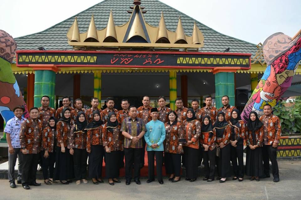 Foto bersama Bupati Kabupaten Pringsewu dengan para peserta Diklatpim IV di lingkungan Pemerintah Kabupaten Pringsewu dalam rangka Hari Batik Nasional 2017 di Pendopo Kabupaten Pringsewu