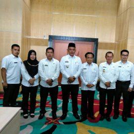 Wakil Bupati Pringsewu Menerima Cinderamata dari Wakil Walikota Tangerang Selatan